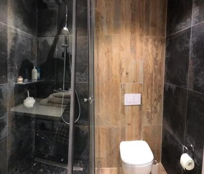 интерьер ванны, интерьер санузла, интерьер душевой, душевая кабинка в санузле, дизайн ванной комнаты, ванна в современном стиле.
